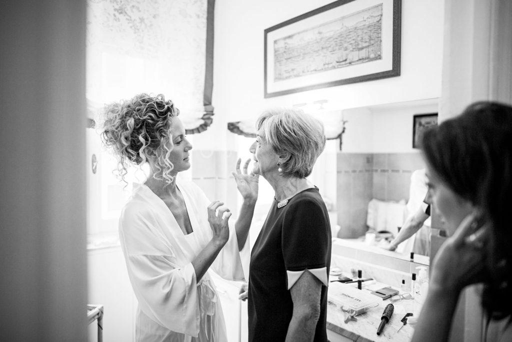 la mamma della sposa e la testimone prima del matrimonio a Genova