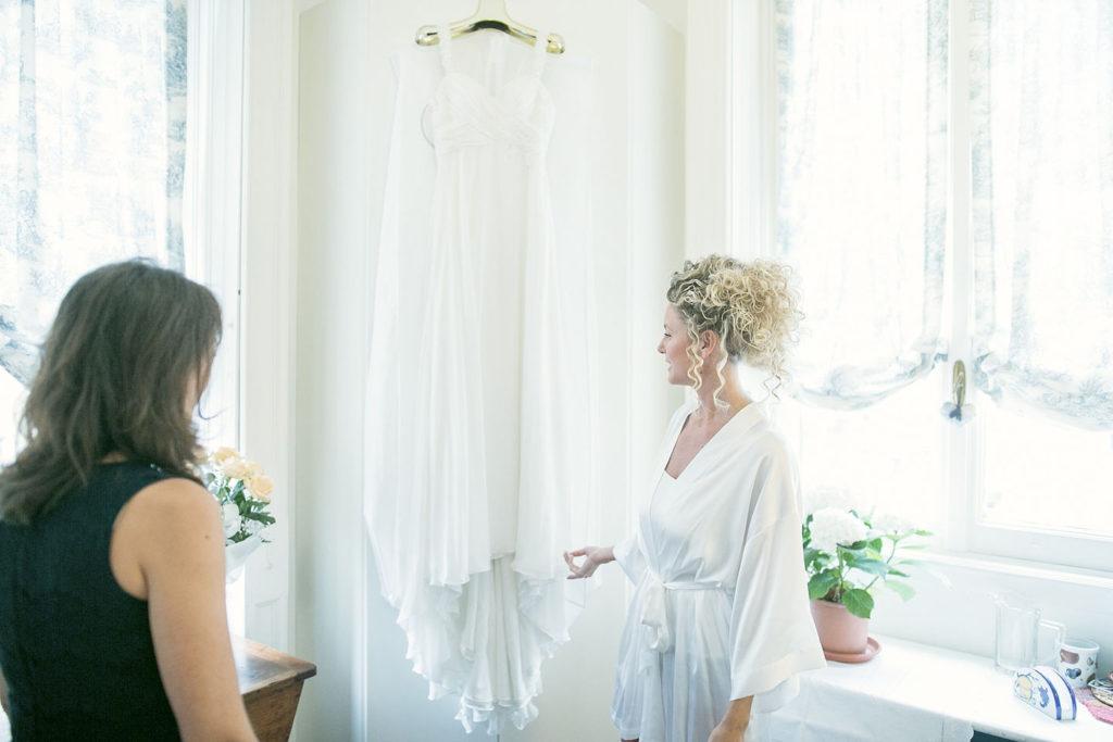 l'abito da sposa appeso