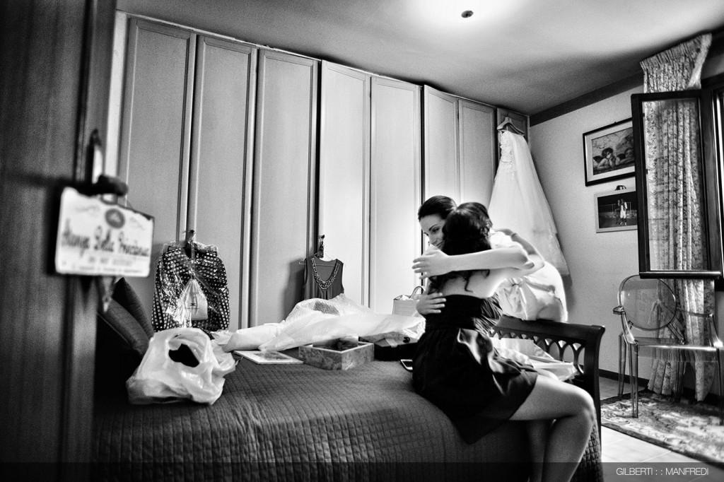 abbraccio testimone sposa
