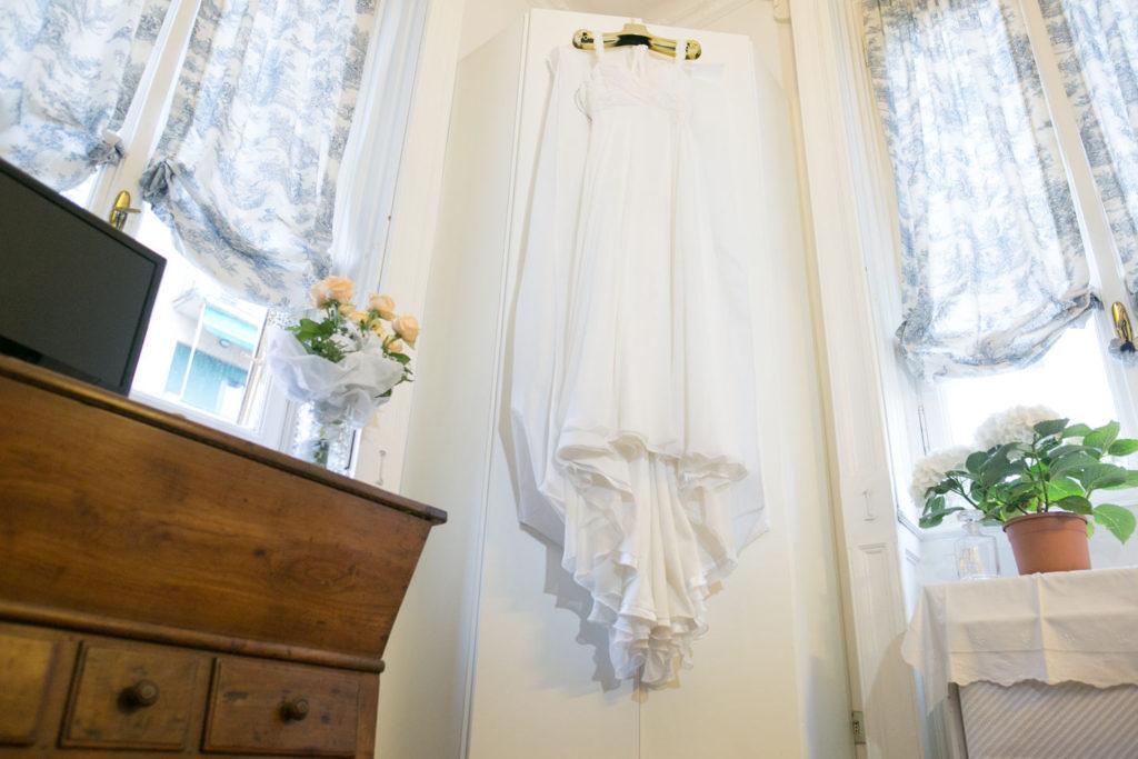 particolare dell'abito da sposa