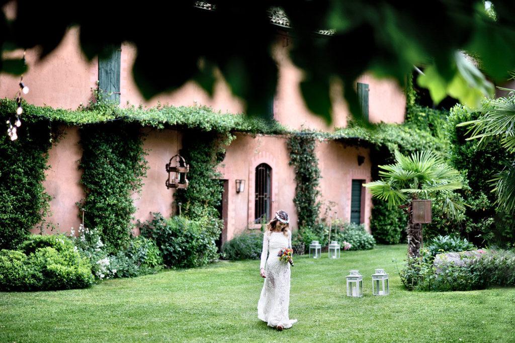la sposa si prepara per andare nel giardino del chiostro del convento