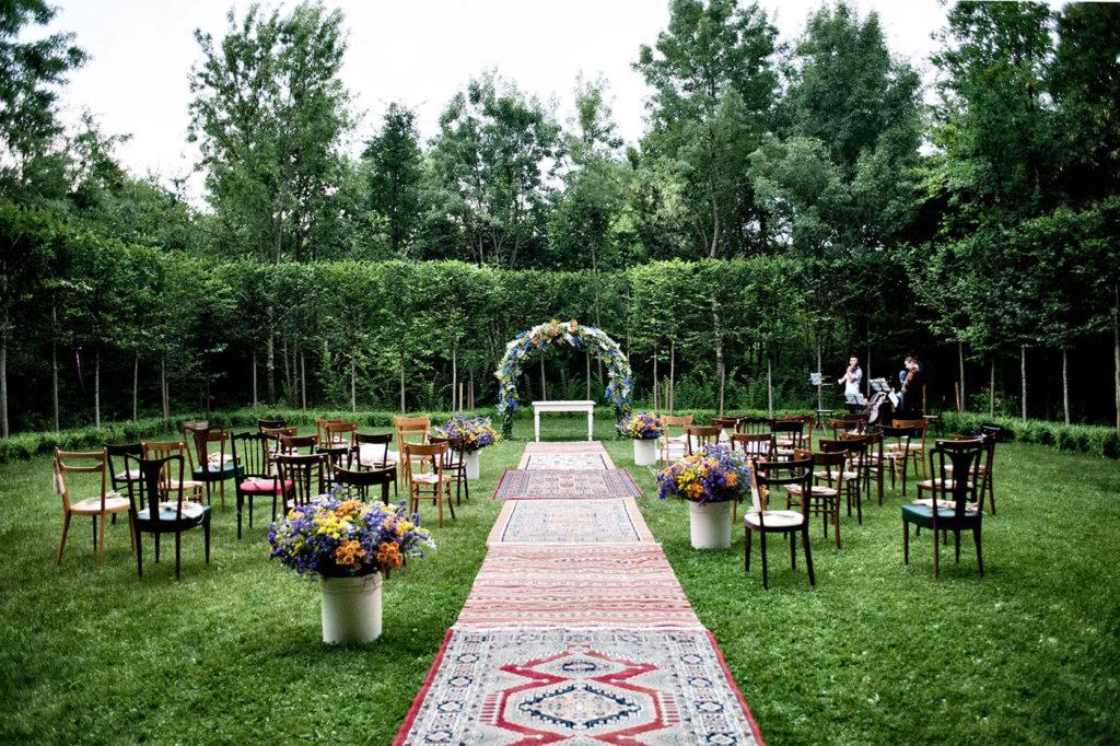 l'allestimento del matrimonio open air nel giardino
