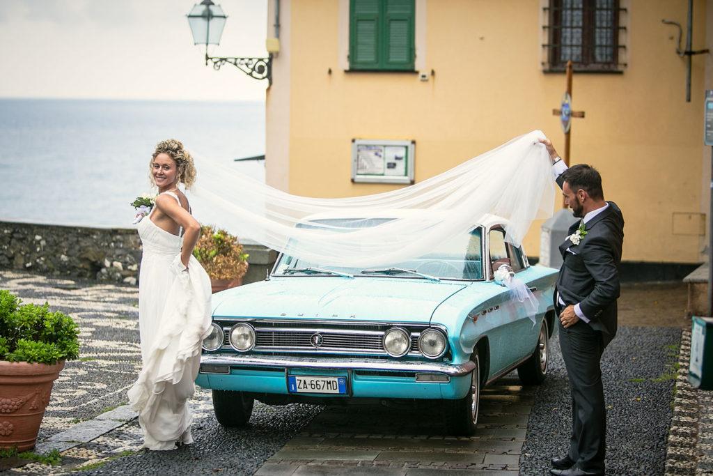 il velo della sposa davanti alla Buick dopo il matrimonio
