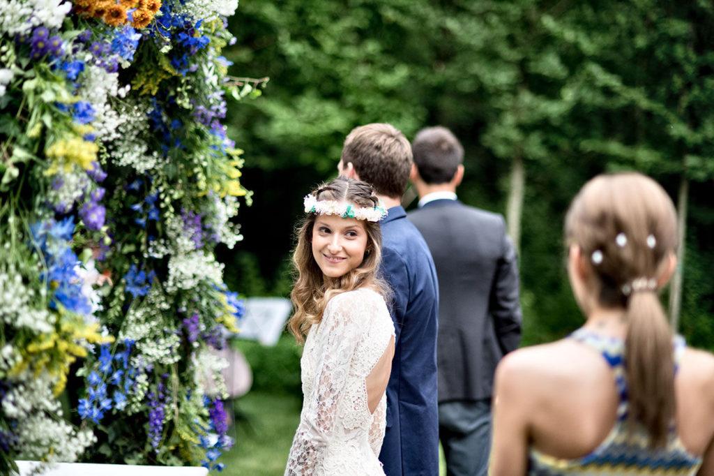 un bello sguardo della sposa con al coroncina di fiori
