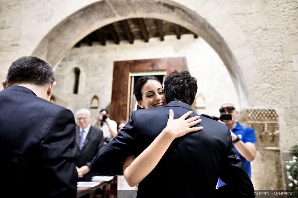 abbraccio sposi chiesa