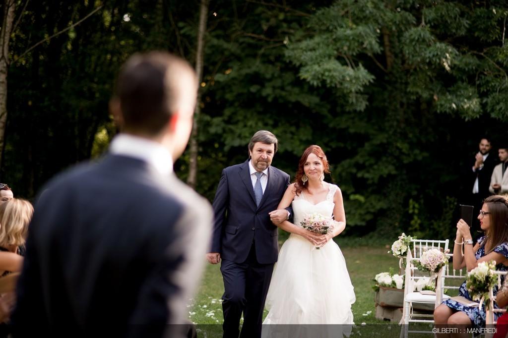 Arrivo cerimonia all'aperto sposi