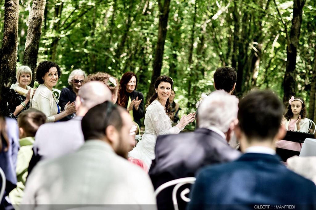 Applauso sposa cerimonia all'aperto