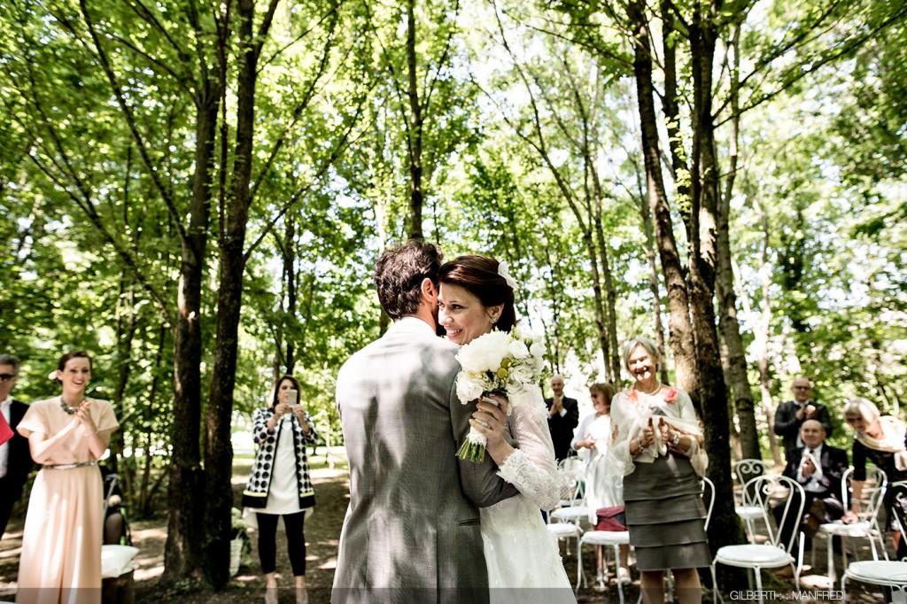 Abbraccio sposi cerimonia all'aperto
