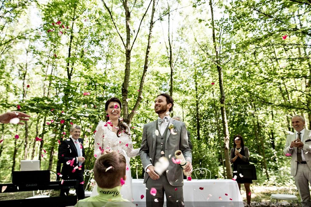 Lancio dei petali fine cerimonia all'aperto