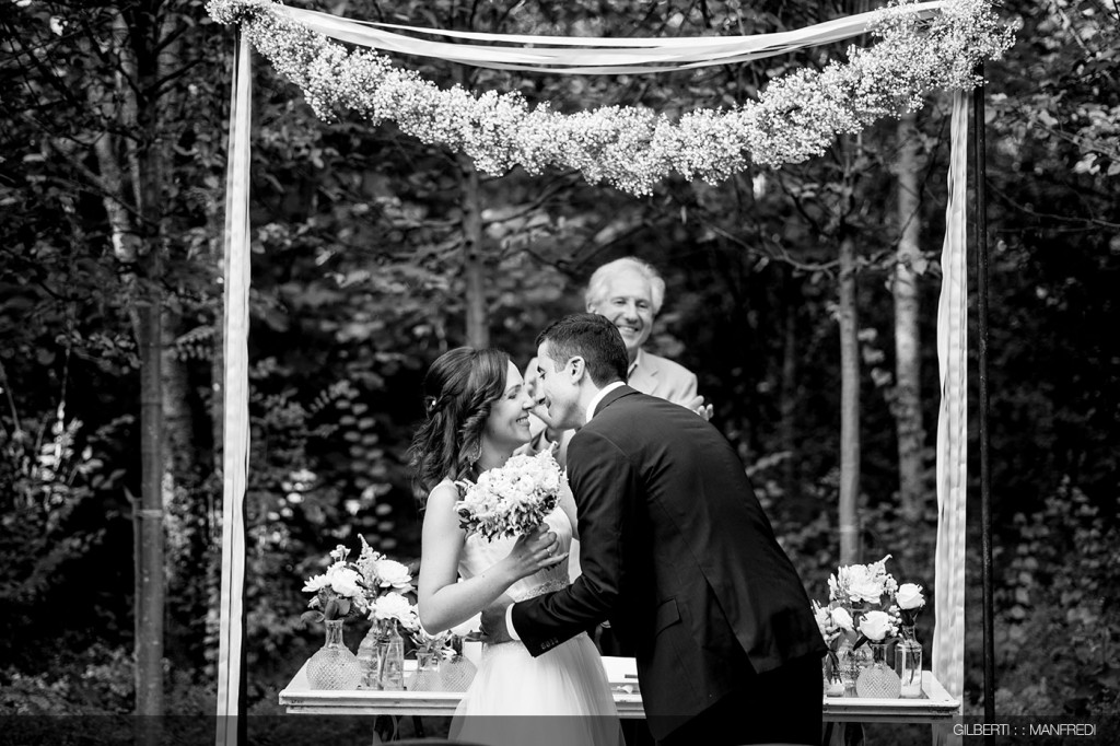 Bacio fine cerimonia sposi