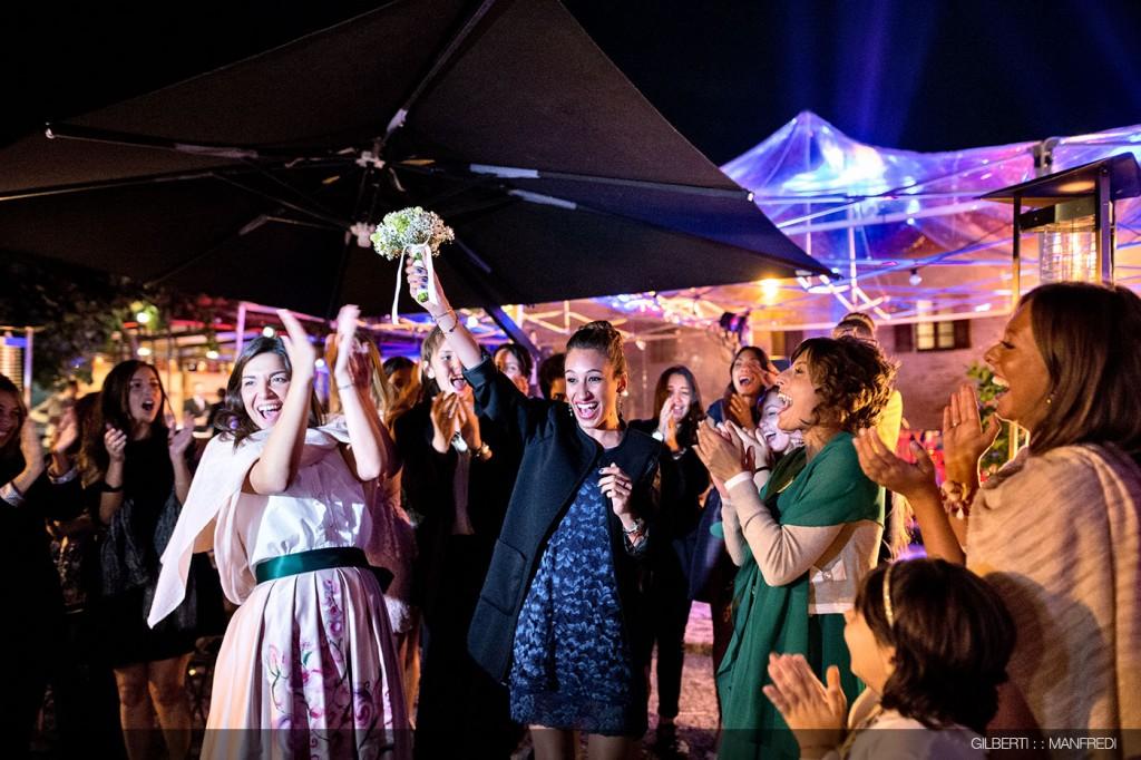 Lancio-del-bouquet-amiche-sposa-matrimonio