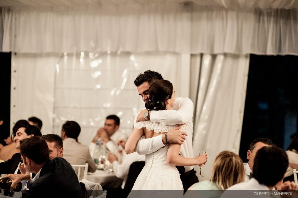 abbraccio fratello sposa