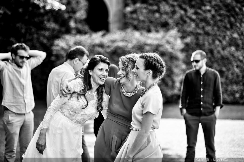 Abbraccio sorelle sposo